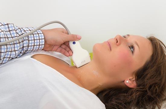 Dr-Tosch-Ultraschalluntersuchung-bei-Patientin