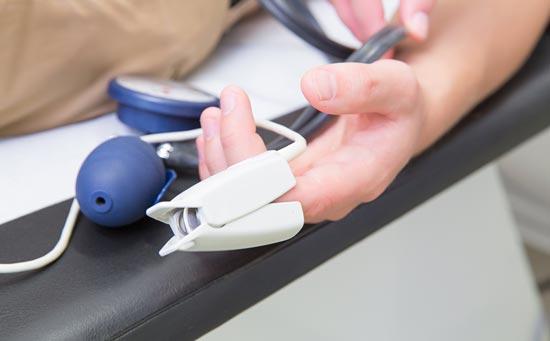 Patient-auf-Liege-mit-Klammer-am-Finger