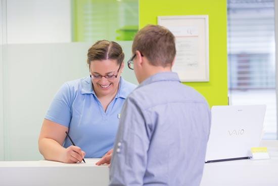 Patient-im-Gespraech-mit-Arzthelferin
